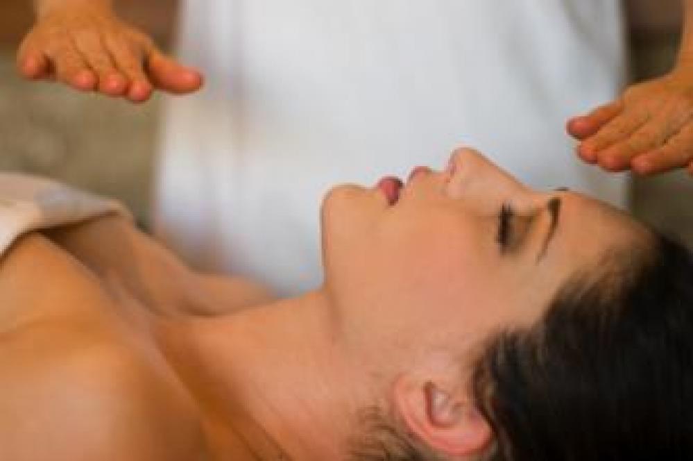 Hoe verloopt een Reiki-behandeling ?